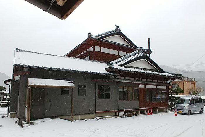 木と薪ストーブで暖かさを確保した寒さ厳しい地域の家
